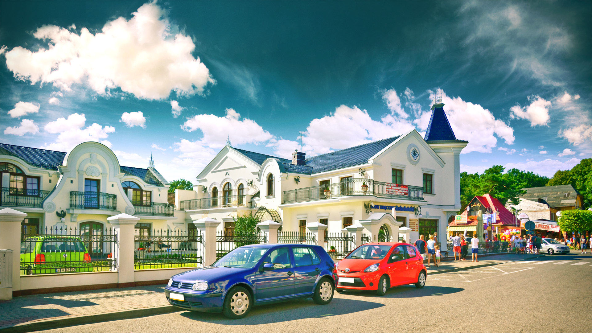 Centrum Pobierowa w słoneczny wakacyjny dzień.